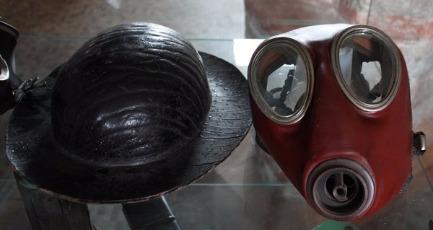 Ancien casque de mineur et masque respiratoire